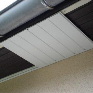 Dessous de toit PVC en cours de pose